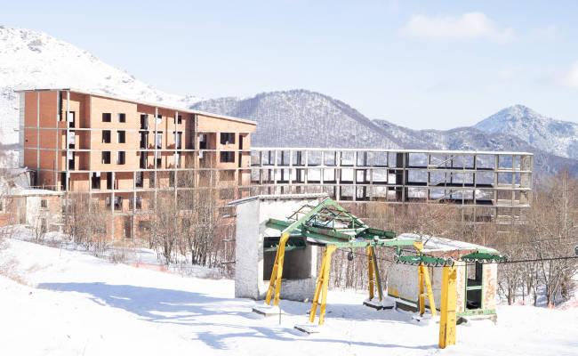 Stazione turistica alpina abbandonata, tema dell'incontro
