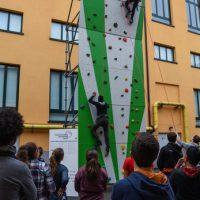 Sustainable Outdoor Days a BASE | Nell'ambito del progetto educational è stata allestita una parete di arrampicata in cui si sono cimentati i ragazzi degli istituti Agnesi, Arcadia e Cavalieri